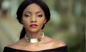 E-news: Simi Dragged On Twitter Over 'Fat Tummy' Display During BBNaija Performance